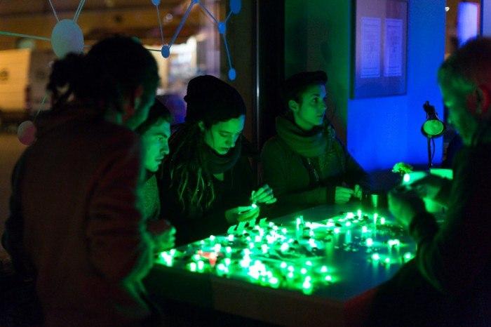 CYNETART_2013-11-16-LED-THROWIES-Workshop-photo-David-Pinzer-9143